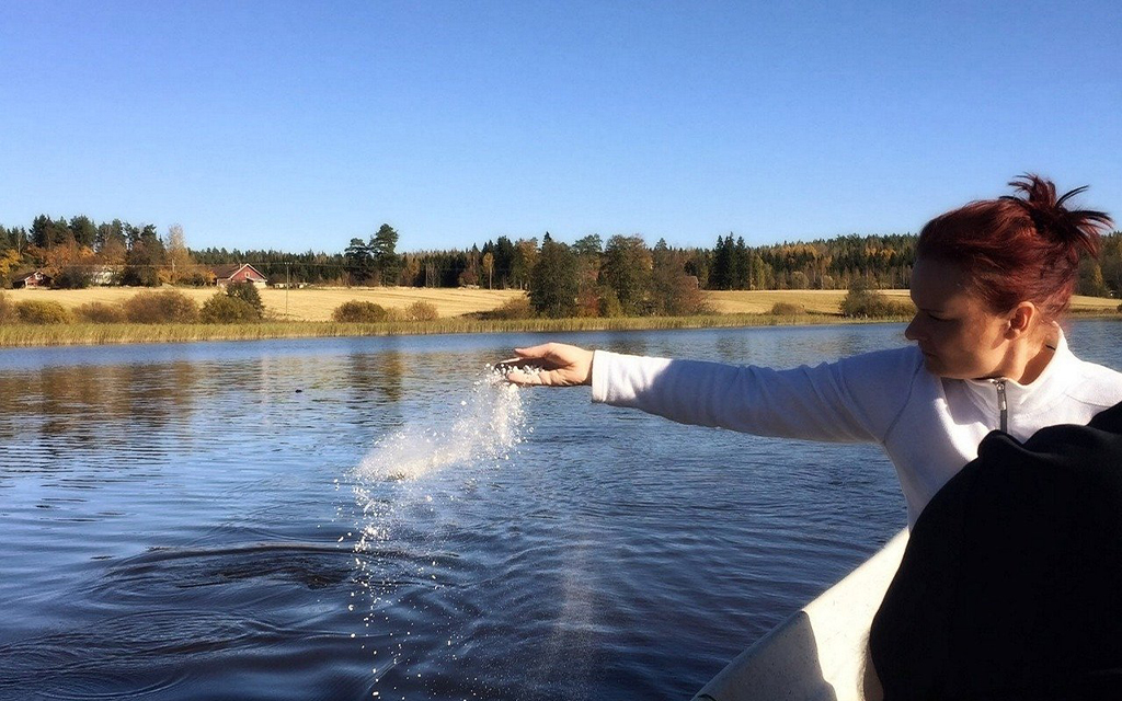 cremazione e dispersione delle ceneri nell'acqua