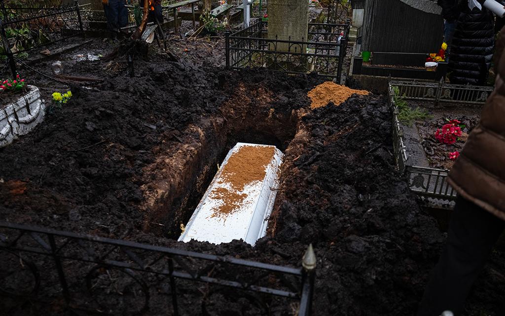 inumazione: seppellimento del corpo