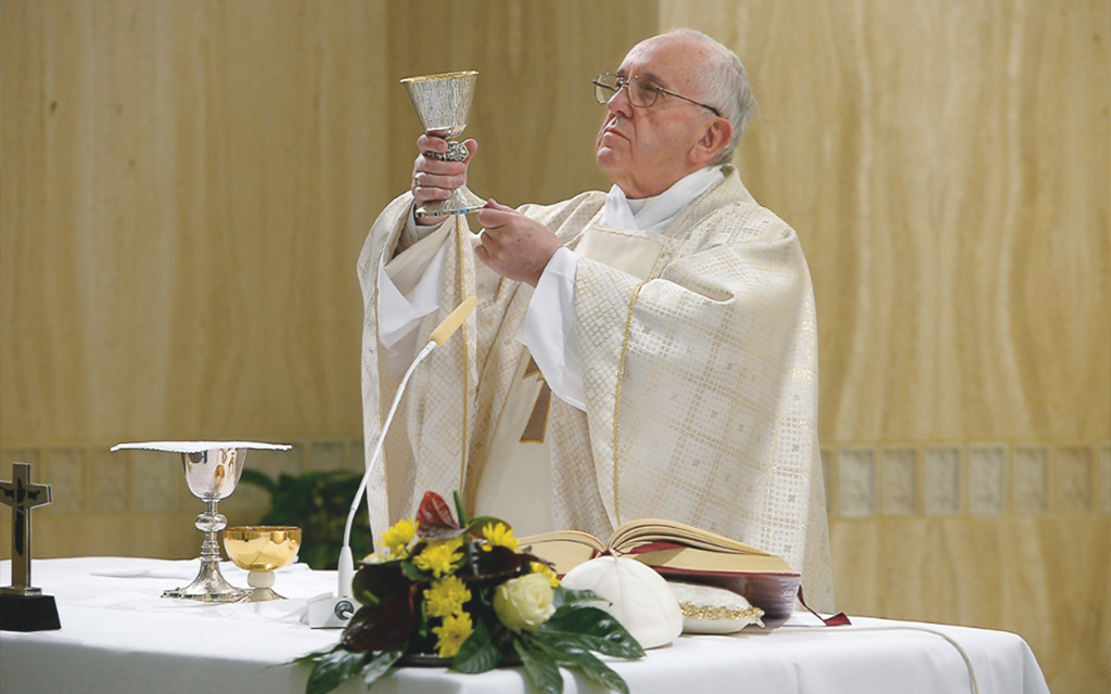 papa Francesco durante una messa in suffragio dei defunti