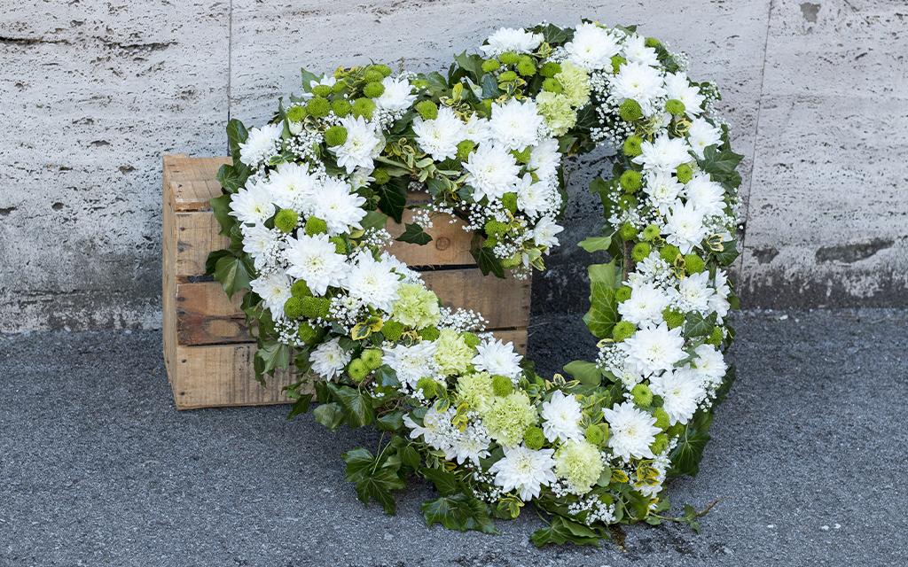 corona funebre forma cuore